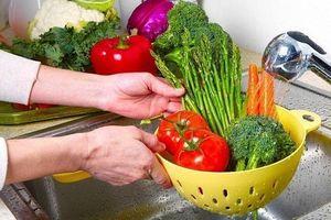 Rửa rau củ quả đừng chỉ dùng mỗi nước lã, cho thêm 4 thứ này vào mới đảm bảo an toàn