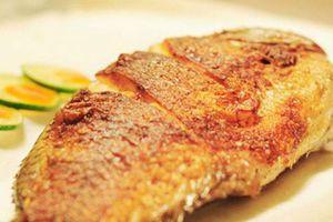 Sai lầm khi rán cá khiến cho cá dính chảo, nát bét ai cũng lắc đầu chán nản