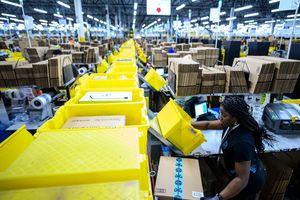 Thành công của người giàu nhất thế giới Jeff Bozos: Mua trung tâm thương mại làm nhà kho cho Amazon