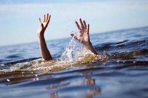 Ra dòng suối sau nhà chơi, hai chị em họ đuối nước thương tâm