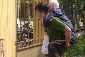 Cán bộ Công an cõng người già đi làm căn cước công dân
