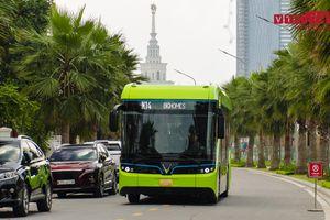 Cận cảnh xe buýt điện thông minh đầu tiên của Việt Nam lăn bánh