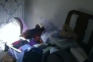 Đi làm về, cô gái trẻ giật mình thấy phòng bị bới tung, cảnh tượng trên giường khiến cô lập tức báo cảnh sát