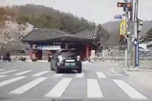 Cụ ông 72 tuổi lái ô tô đâm sập cổng công viên