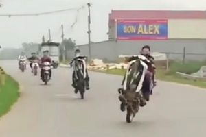 Nhóm bốc đầu xe máy khoe trên Facebook 'mếu mặt' khi lên Công an