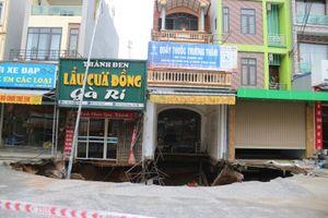Mưa lớn 'khoét' rộng 'hố tử thần' ở Hà Nội
