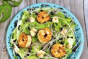 Salad tôm, rau mầm đảm bảo đủ chất dinh dưỡng mà không sợ tăng cân