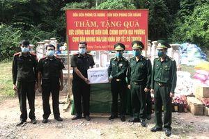 Tặng quà cho nhân dân và các lực lượng chức năng Lào nhân dịp Tết cổ truyền Bunpimay
