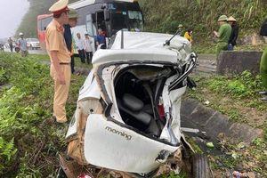 Xe khách tông xe 4 chỗ văng khỏi quốc lộ, 2 người tử vong