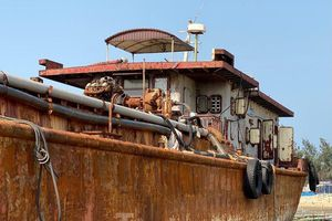 Xà lan 'ma' gây họa trên vùng cảng biển Dung Quất