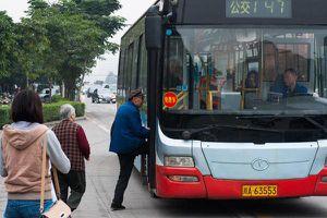 Hành khách và người đi đường hợp sức tóm kẻ biến thái trên xe buýt