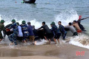 Ứng cứu 2 ngư dân gặp nạn tại vùng biển thị xã Kỳ Anh