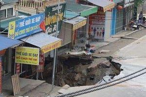 Di dời khẩn cấp 20 hộ dân ở Hà Nội khỏi 'hố ăn thịt' rộng hơn 100m2