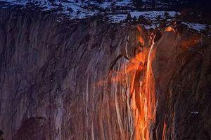 Vẻ đẹp kỳ thú của thác lửa hình đuôi ngựa ở Mỹ