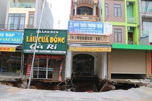 Cận cảnh 'hố tử thần' ở Hà Nội đã mở rộng diện tích sụt lún tới hơn 100m2