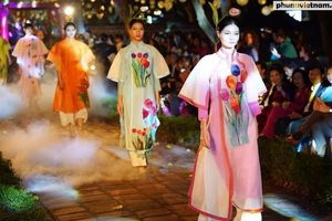 Lung linh đêm trình diễn 'Thế giới trong Áo dài Việt'