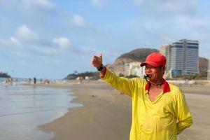 Về hưu vẫn tham gia cứu người tắm biển