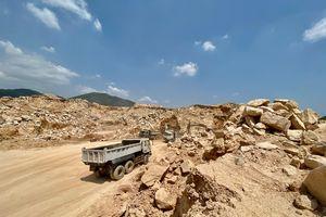 Vì sao nhiều xe chở đất đá ra khỏi khu xử lý chất thải Tóc Tiên?