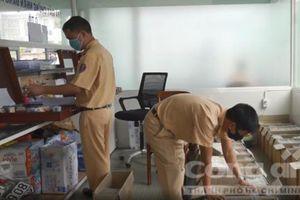CSGT TPHCM 'tăng ca' đổi biển vàng cho người dân cả cuối tuần