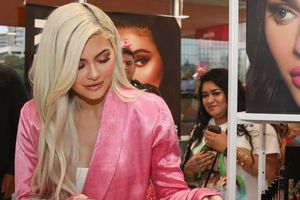 Forbes loại Kylie Jenner khỏi danh sách tỷ phú vì thổi phồng tài sản
