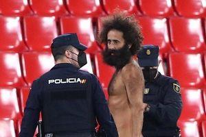 'Fan cuồng' khỏa thân chạy vào sân trong trận Granada 0-2 MU