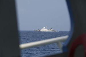 Tàu hải cảnh, tàu tên lửa Trung Quốc rượt đuổi tàu chở phóng viên Philippines