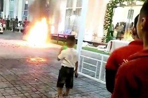 Khách chạy tán loạn khi xe máy trong nhà hàng tiệc cưới bốc cháy
