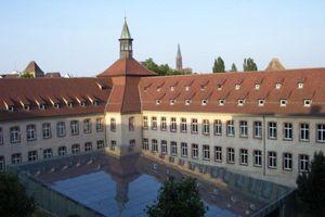Trường học nổi tiếng của giới tinh hoa Pháp bị đóng cửa