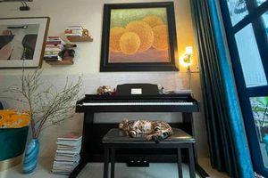 Uyên Linh khoe nhà tối giản toàn tranh với mèo bình yên vô cùng