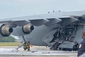 Siêu máy bay vận tải C-17A của Không quân Mỹ bốc cháy khi đang hạ cánh