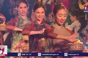 Văn hóa thế giới qua tà áo dài Việt