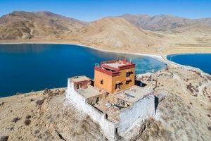 Ngôi chùa bí ẩn nằm giữa hồ Thánh, chỉ có 1 nhà sư ở Tây Tạng
