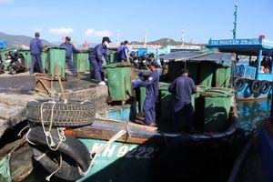 Gom rác trên biển