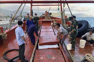 Bắt giữ tàu cá hoán cải chở dầu