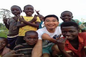 Vợ chồng bác sĩ trẻ Việt Nam chữa bệnh, dạy tiếng Việt và hướng dẫn làm nông nghiệp tại Angola