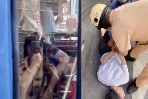 Nam thanh niên kề dao vào cổ, khống chế tài xế xe buýt ở TP.HCM