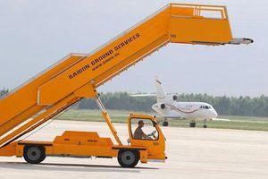 Xe thang lùi trúng xe chở tiếp viên hàng không tại sân bay Tân Sơn Nhất