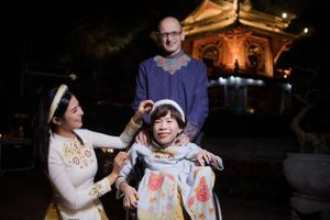 Hoa hậu Ngọc Hân mời người khuyết tật trình diễn áo dài