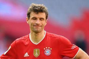 Bayern mất điểm vì quả ném biên cuối trận