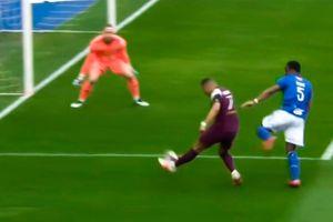 Mbappe 'xâu kim' thủ môn ở góc hẹp