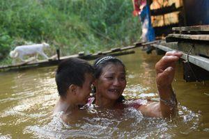 Cách hồ Gươm 3 km là xóm Phao nghèo không điện nước