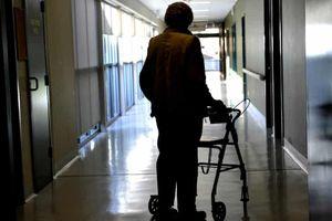 Người đàn ông bắt gặp vợ bị tấn công tình dục trong viện dưỡng lão