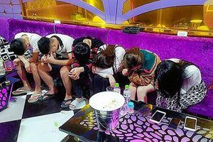 Bắt quả tang hàng chục 'nam thanh nữ tú' phê ma túy trong quán karaoke ở Bình Định