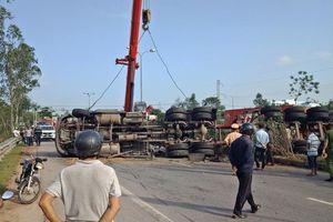 Xe container chở dầu lật chắn ngang quốc lộ, tài xế thoát chết trong gang tấc