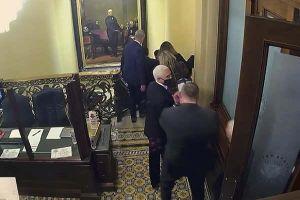 Phản ứng lạ của ông Mike Pence trong cuộc bạo loạn ở Quốc hội Mỹ