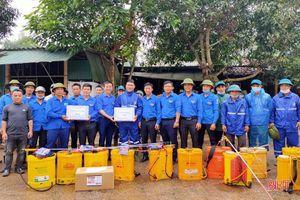 Tuổi trẻ Hà Tĩnh ra quân giúp dân phòng, chống dịch bệnh viêm da nổi cục