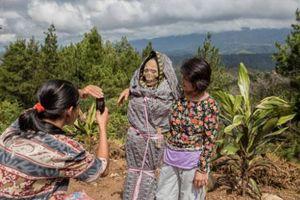 Bộ tộc sống chung với người chết trên đảo ở Indonesia