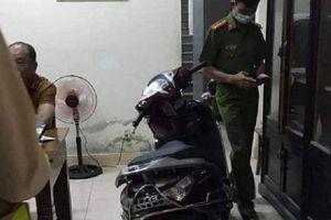 Đang mở cổng vào nhà, người phụ nữ bất ngờ bị thanh niên cướp xe máy