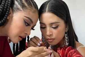 Khoảnh khắc dễ thương: Á hậu Kiều Loan làm nail cho Hoa hậu Tiểu Vy