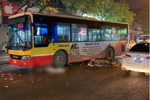 Hà Nội: Xe máy va chạm với xe buýt, nam thanh niên tử vong